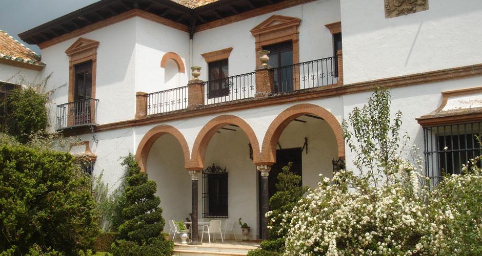 San Bernardo est un château unique au milieu de la campagne Andalouse