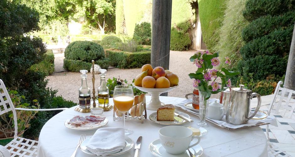 Disfrute un delicioso desayuno en el jardín con especilidades españolas