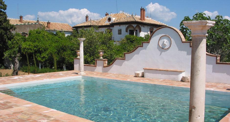 Disfrute de las preciosas vistas y de la fresca brisa que ofrece la piscina