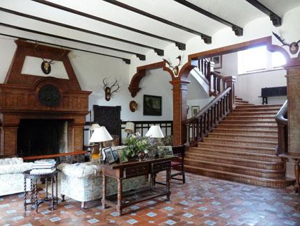Salón y escalera